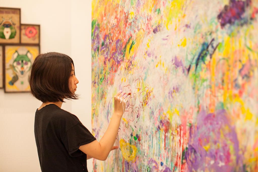 ▲日本藝術家六角彩子於2015台北藝博現場創作