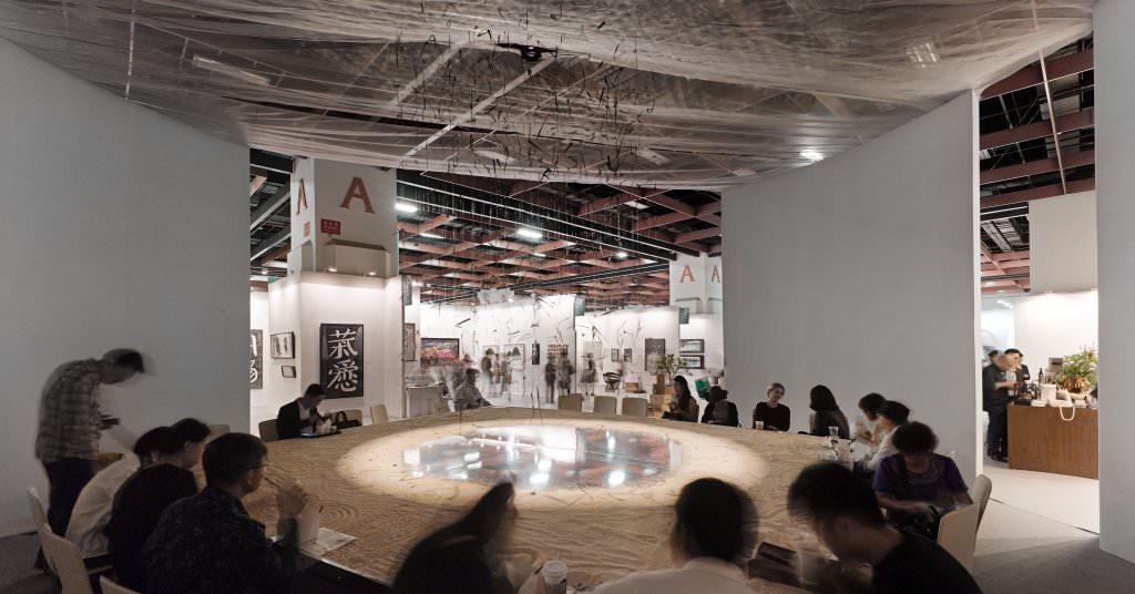 2015台北藝博咖啡區設計以沙堆和鏡面映象呈現自然形態的概念