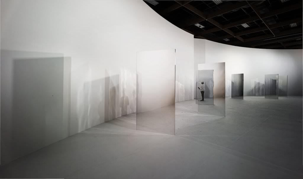 2015台北藝博VIP室以弧型牆面與多面鏡像設計而成
