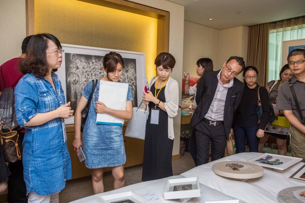 現場藝廊展間參觀人潮眾多,執行長同與貴賓媒體欣賞藝術作品。
